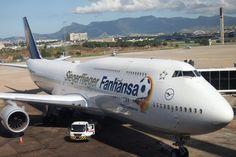 """""""Siegerflieger"""": Eine Boeing 747-8 der Lufthansa bringt die deutschen Fußball-Weltmeister nach Berlin"""