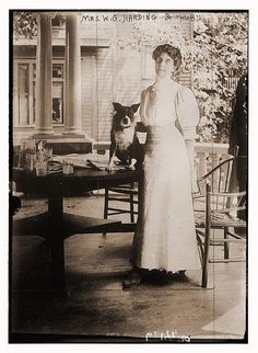 Former First Lady Florence Harding and her dog abt 1915 Vintage Photographs, Vintage Images, Presidential History, Presidential Portraits, American First Ladies, Vintage Dog, Retro Vintage, American Presidents, Modern Artists