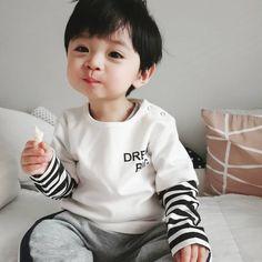 Trong hình ảnh có thể có: 1 người, đang ngồi, sợi và trẻ em Cute Baby Boy, Cute Little Baby, Little Babies, Cute Boys, Little Boys, Baby Kids, Cute Asian Babies, Korean Babies, Asian Kids