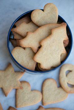 Børnevenlige udstiks småkager. Simpelthen den lækreste dej der smager godt, er nem at arbejde med og som kan rulles ud igen og igen. Småkagerne holder også formen godt. Opskrift fra Marinas Mad