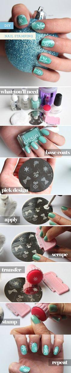 How to Stamp your Nails   Manicure Tutorials. Christmas nail art. Nail design. Polish. Polishes. Unhas para o Natal.