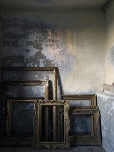 empty+frames+muri+delabré+sospesi+tra+ricercatezza+settecentesca+e+décor+minimalista.jpg 375×500 pixels