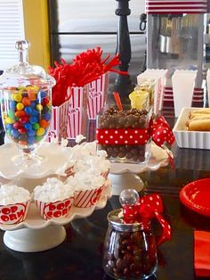 Movie Party Treats & Outdoor Movie = Great idea for an upcoming B-Day! I want a movie party! Outdoor Movie Party, Movie Night Party, I Party, Party Time, Bar A Bonbon, Hollywood Party, Party Treats, Party Snacks, Oscar Party