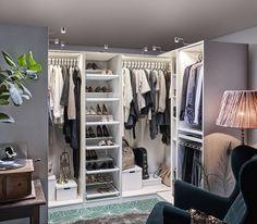 PAX garderobekast | IKEA IKEAnl IKEAnederland kast kledingkast opbergen opberger opbergmeubel kleding slaapkamer kamer inspiratie wooninspiratie interieur wooninterieur wit planten plank KOMPLEMENT