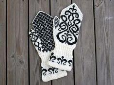 Hedvig Handarbetar: Färdiga Signe-vantar Crochet Mitts, Knitted Mittens Pattern, Knit Mittens, Knitted Gloves, Knitting Socks, Knitting Stitches, Knitting Patterns, Wrist Warmers, Hand Warmers