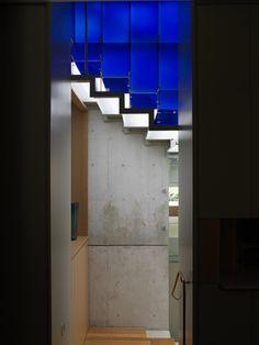 кобальтово-синие пластины из стекла держатся набронзовых скобах, прикрепленных к стальным тросам.