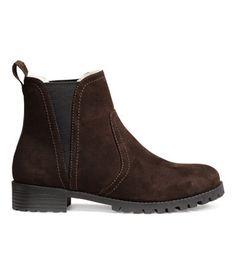 Musta. Lämminvuoriset chelsea-bootsit. Sivuissa venyke ja takana vetolenkki. Pileevuori ja tekonahkapohjallinen. Vankka kumipohja ja 3,5 cm korko.
