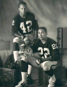 Ronnie Lott & Roger Craig Oakland Raiders/Los Angeles Raiders Silver and Black Nfl Raiders, Raiders Stuff, Oakland Raiders Football, Raiders Baby, American Football, Football Players, Football Team, School Football, Oakland Athletics