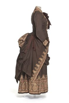 1885 dress, percale printed with paisley on the border, large ribbons of taffeta | Decorative Arts Museum