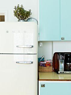 I will steal my mothers antique ice box. Kitchen Dining, Kitchen Decor, Kitchen Cabinets, Kitchen Appliances, Dining Rooms, Interior Garden, Interior Design, Smeg Fridge, Little Kitchen