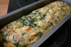 Je suis une quiche en cuisine... mais je me soigne !!: Cake saumon épinards. Modifications : 50 ml d'huile. Du saumon fumé en plus et 45 minutes de cuisson.