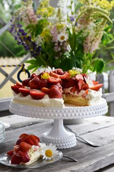 The Best Low-Carb Strawberry Cake — Recipe — Diet Doctor Keto Cake, Low Carb Desserts, Low Carb Recipes, Strawberry Cake Recipes, Almond Cakes, Vanilla Buttercream, Food Cakes, Savoury Cake, Clean Eating Snacks