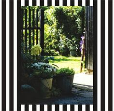 Om et nyt, sort hegn i haven, som markere overgang i haven. Enkelt og formelt i sit udtryk. Giver rolig baggrund til haven. Filter i haven som væg bag planter. Fransk formel havestemning i moderne fortolkning.