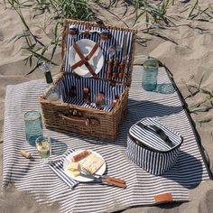 Picnic Date Food, Picnic Set, Picnic Ideas, Beach Picnic, Summer Picnic, Waterproof Picnic Blanket, Beach Date, Shady Tree, Wicker Picnic Basket