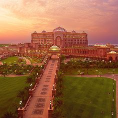 The most beautiful, perfect hotel i've ever seen. Emirates Palace in Abu Dhabi. Abu Dhabi, Most Luxurious Hotels, Luxury Hotels, Elite Hotels, Luxury Mansions, Hotel World, Caribbean Vacations, Holiday Resort, Le Palais