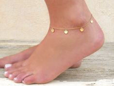 Dainty Coin Charms Anklet Gold Coin Anklet Gold Or door annikabella