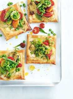 artichoke and feta tarts with tomato salad- Donna Hay Australian chef I Love Food, Good Food, Yummy Food, Donna Hay Recipes, Catering, Food Porn, Le Diner, Foodblogger, Appetisers