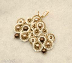 kremowo-beżowe kolczyki sutasz z perełkami. $23 Soutache Earrings, Drop Earrings, Diy, Jewelry, Products, Fashion, Jewerly, Moda, Jewlery