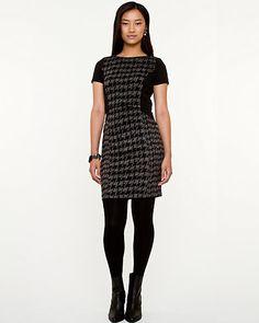 Robe de tricot à motif pied-de-poule - Adoptez la tendance pied-de-poule de la saison avec cette robe ajustée à manches courtes.