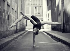 An unusual Ballet Dancer a outdoor picture by photographer Little Shao. Related to: photos ,Black & White ,dance ,outdoor ,ballet Amazing Dance Photography, Ballet Photography, Fitness Photography, Street Photography, Landscape Photography, Dance Hip Hop, Dance Aesthetic, Foto Sport, Dance Like No One Is Watching