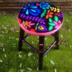 Banqueta floral pattern www.juamora.com #banqueta #stool #floral #pattern #juamora Whimsical Painted Furniture, Hand Painted Chairs, Painted Stools, Hand Painted Furniture, Funky Furniture, Recycled Furniture, Colorful Furniture, Paint Furniture, Handmade Furniture
