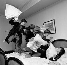 The Beatles en una guerra de almohadas
