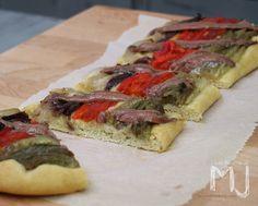 La escalivada es un plato típico catalán de verduras al horno, quien no lo haya probado debería ponerle remedio ya. Se hornea la berenje...
