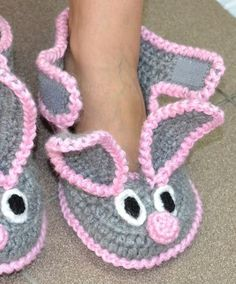 Sapatinho de crochê de coelhinho com velcro - Ver e Fazer Crochet Girls, Crochet Baby Booties, Crochet Slippers, Crochet For Kids, Free Crochet, Knit Crochet, Bunny Slippers, Diy Crafts Crochet, Crochet Projects