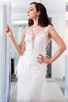 Carattere forte per un abito da sposa inusuale. Piume, pizzo, e tanta creatività. Stilista: Galvan Sposa