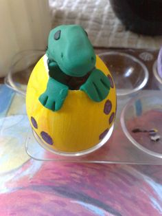 My Baby Dinosaur is hatching!) Here is a fun Easter Craft to do in the classroom. Decorate your Easter Egg like a Dinosaur . Dinosaur Easter Egg, Dino Eggs, Dinosaur Party, Easter Crafts For Kids, Crafts To Do, Easter Eggs, Arts And Crafts, Baby Dinosaurs, Clay