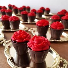 Copinhos de brigadeiro goumet!🌷🌷🌷#julianacostaconfeitaria #bwbembalagens #festaabelaeafera #docespersonalizados #btigadeirogourmet #docesfinos Chocolate Bowls, I Love Chocolate, Chocolate Shop, Chocolate Cookies, Bake Sale Packaging, Dessert Packaging, Chocolate Showpiece, Delicious Desserts, Dessert Recipes