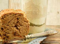 Eine Backidee oder als Backmischung ein Geschenk aus der Küche ist dieses leckere Brot mit Tomaten, Kräutern und Zwiebeln.