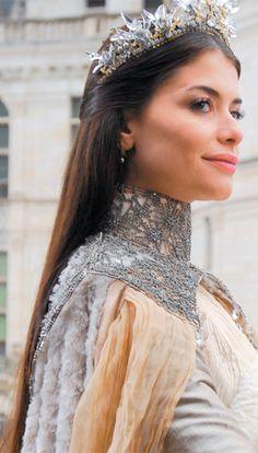 Alinne Moraes como Rainha Cristina da novela Cordel Encantado de 2011