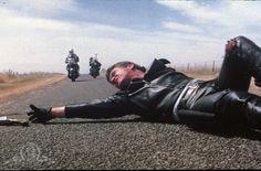 """""""Mad Max"""" (1979). En un futuro preapocalíptico signado por las escasez de combustible y el desorden social, las pandillas de motociclistas dominan las carreteras de Australia. Mientras la sociedad se desmorona, una patrulla de policías conocidos como la Patrulla de Fuerza Central (MFP, Main Force Patrol en inglés) se encarga de mantener la seguridad vial. En ella se encuentra Max Rockatansky (Mel Gibson), considerado como el mejor de los patrulleros de su división."""