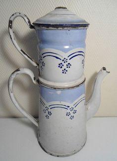 Ancienne cafetière en tôle émaillée bleu et blanche