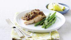 Wildlachsfilet mit Spargel und Weißwein-Zitronensauce  #fisch #salmon #wildsalmon #asparagus #onion #cremefraiche #whitewine #lemon #yummy #fotd #homemade