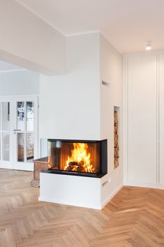 The front width is 85 cm. The front width is 85 cm. The warm air is guided through sl Home Fireplace, Modern Fireplace, Fireplace Design, 3 Sided Fireplace, Japanese Home Decor, Japanese House, Home Interior Design, Interior And Exterior, Interior Decorating