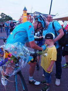 Lieuwe Westra zet zijn handtekening op het shjirt van een fan in Surhuisterveen.