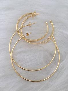 Kit de argolas banhadas a ouro . ✅Antialérgicos. ✅Garantia de 1 ano com excelente camada de metais preciosos. ✅Parcelamos em 12x sem juros ✅Entrega garantida em todo o Brasil pelo Mercado Livre Garanta já as suas!!! #brincos #brincosgrandes #argolas Stylish Jewelry, Cute Jewelry, Jewelry Accessories, Fashion Jewelry, Ear Cuff Jewelry, Jewelry Necklaces, Alliance Ring, Gold Hoop Earrings, Ring Necklace