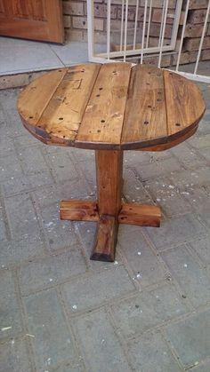 DIY Pedestal Pallet Round Coffee Table | 99 Pallets