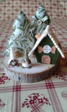 Mi sono appassionata di questo gnomi che ne ho fatti in diversi modi dal mini villaggio sulla candela, ai villaggi sul tronco a quelli da a... Christmas Fonts, Christmas Door Wreaths, Christmas Coffee, Felt Christmas, Rustic Christmas, Christmas Projects, Christmas Tree Decorations, Handmade Christmas, Christmas Time