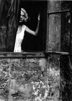 Cave & The Bad Seeds – West Country Girl / Bill Brandt a captured moment in time Woman at the Window, Vienna, Photo by Bill Brandt.a captured moment in time Woman at the Window, Vienna, Photo by Bill Brandt. Man Ray, Bill Brandt Photography, Street Photography, Art Photography, Framing Photography, High Contrast Images, Alfred Stieglitz, Foto Pose, Windows
