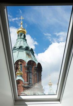 Markuksen asuntoa korkeammalle yltävät ainoastaan Uspenskin katedraalin kupolikatot, joita voi ihastella oman kodin kattoikkunoista.