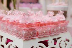 Para comemorar 1 ano da Thalia, o tema escolhido foi festa da Minnie provençal! Tudo em rosa e branco, super delicado! Adorei o portal de balões no formato das orelhadas da personagem com laço .. ficou lindo!!! Outra dica é usar embalagens diferenciadas de papel com balinhas de goma e outros doces gostosos que não …