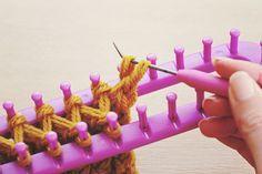 Great tutorial for a loom-knitted infinity scarf. Ei tinha 2 teares destes, um retangular e outro redondo. Fiz muitas roupas para minhas Suzis.