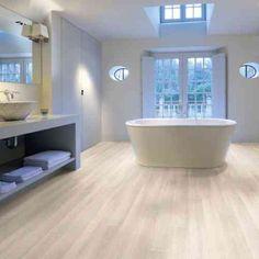 parquet stratifié blanchi et moderne dans la salle de bains élégante et blanche