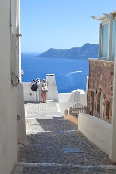 Heading to Greece soon? Make sure to spend at least three days in Santorini! This tiny island has so many things to do in Santorini! >> Best things to do, see, eat, and enjoy! Crete Greece, Santorini Greece, Athens Greece, Santorini Travel, Santorini Island, Greece Vacation, Greece Travel, Greece Trip, Greece Itinerary