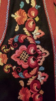 Vakker bunad fra Vest-Telemark selges (liten i størrelse) Scandinavian Embroidery, Scandinavian Art, Embroidery Stitches, Hand Embroidery, Embroidery Designs, Norwegian Rosemaling, Viking Clothing, Folk Fashion, Ethnic Style