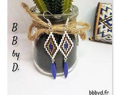 Boucles d'Oreilles en Perles Miyuki Délicas tissées à la main. Crochets d'Oreilles bleu, bordeaux.