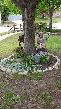 Adorable Flower Beds Ideas Around Trees To Beautify Your Yard You've wanted a flower garden for such a long time. They just add so much color and interest to your […] Landscaping Around Trees, Mulch Landscaping, Landscaping With Rocks, Front Yard Landscaping, Landscaping Ideas, Farmhouse Landscaping, Garden Yard Ideas, Garden Trees, Garden Projects